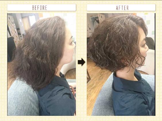 チリチリする髪のショート